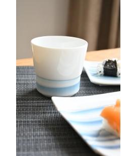 Gobelet en fine porcelaine japonaise motif bleu
